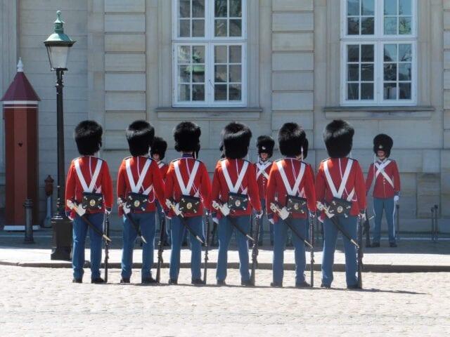 Se vagtskiftet ved Amalienborg