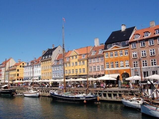 Gå en tur ned gennem Nyhavn