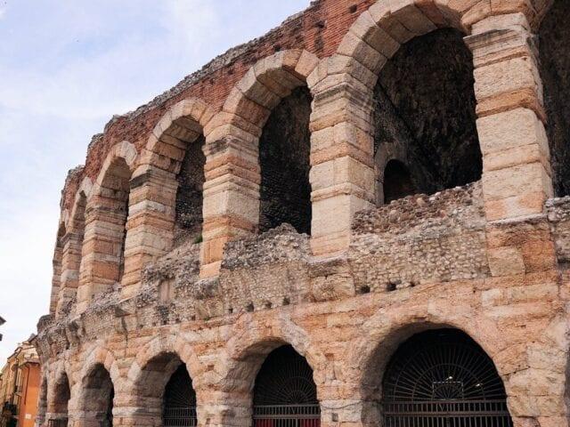 Se den gamle arena ved byens største plads