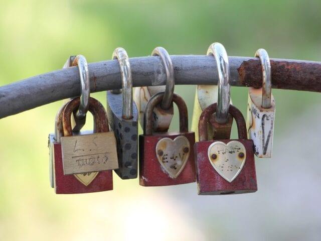 Forsegl kærligheden med en lås på broen