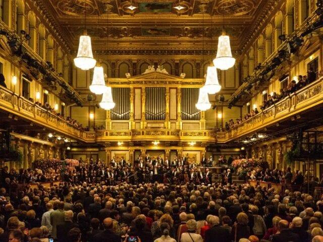 Tag til koncert eller opera