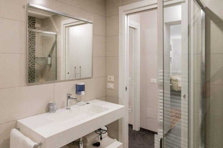 Store lyse badeværelser