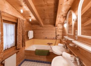 GrønRejs-skiferie-i-østrig-stjohann-hytte-badeværelse