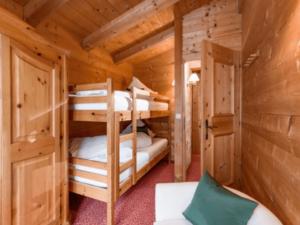 GrønRejs-skiferie-i-østrig-stjohann-hytte-køjesenge