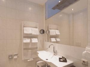 GrønRejs-skiferie-zell-am-see-hotel-neue-post-badeværelse