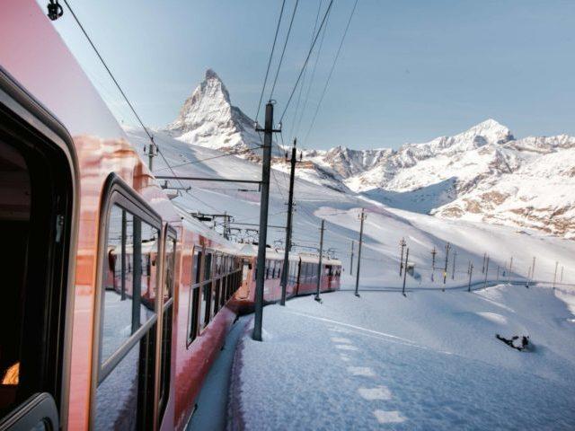 GrønRejs-togrejse-til-østrig-tog-og-landskab