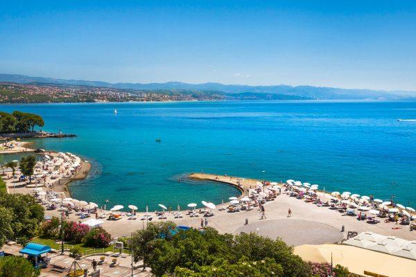 GrønRejs-togferie-til-kroatien-opatija-udsigt-over-stranden