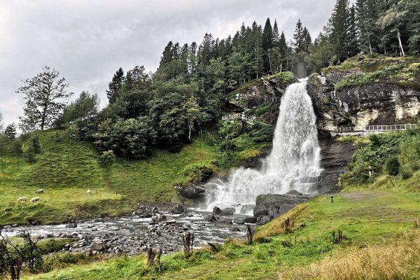 GrønRejs-togrejse-Bergensbanen-vandfald