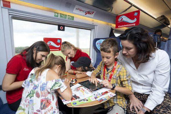 Vom 13. Juli bis 18. August 2019 bietet die Deutsche Bahn zusammen mit der HABA Digitalwerkstatt und mit Unterstützung von Saturn kostenlose digitale Workshops inZügen mit Kinderbetreuung an. Ausgestattet mit Tablets sowie jeder Menge Bastelmaterial animieren die DB Kinderbetreuerinnen und Kinderbetreuer die jüngsten Fahrgäste zu Programmier- und Tüftelprojekten.